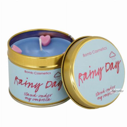 Bomb Cosmetics - Rainy Day - Ręcznie wytwarzana świeca zapachowa z olejkami eterycznymi - DESZCZOWY DZIEŃ